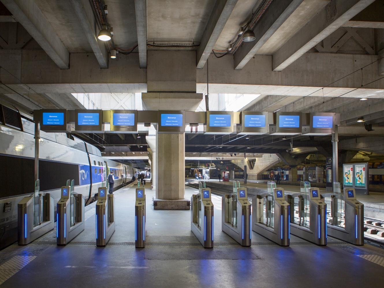 portiques sncf à la gare Montparnasse à Paris
