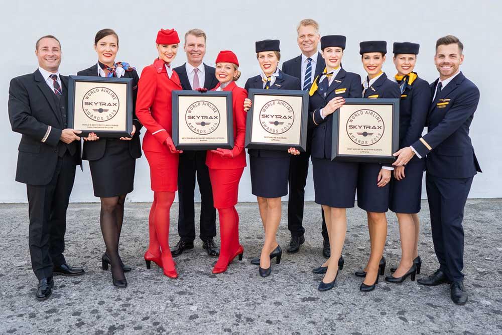 Collaborateurs du groupe Lufthansa mettant en avant le prix Skytrax pour la la meilleure compagnie aérienne d'Europe